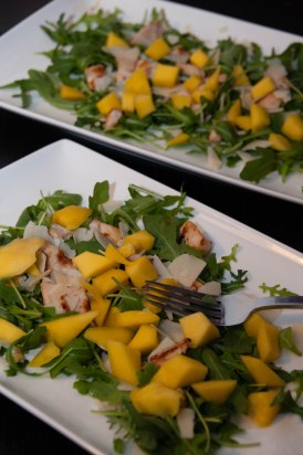 Salade de roquette au poulet et à la mangue