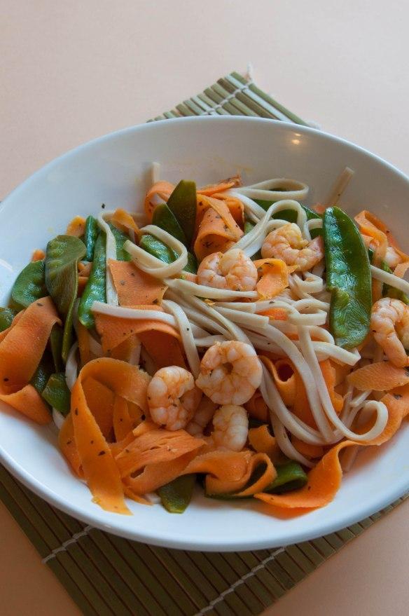 Wok de crevettes aux carottes et pois gourmands-2