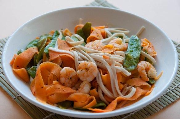 Wok de crevettes aux carottes et pois gourmands