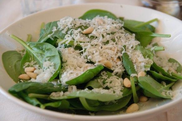 Salade de jeunes pousses d'épinards, pignon & parmesan