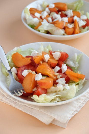 Salade de tomate aux abricots et chèvre frais