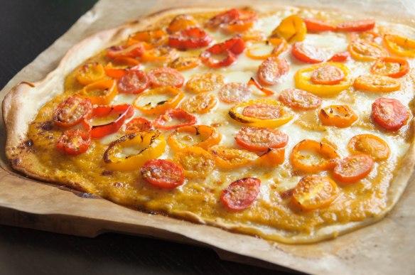 Pizza aux tomates et aux poivrons
