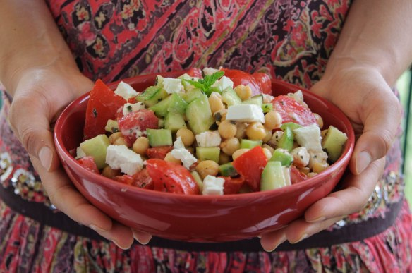 Salade de pois chiche aux légumes d'été et à la fêta