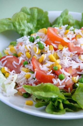 Salade de riz, mais, tomate et petits pois